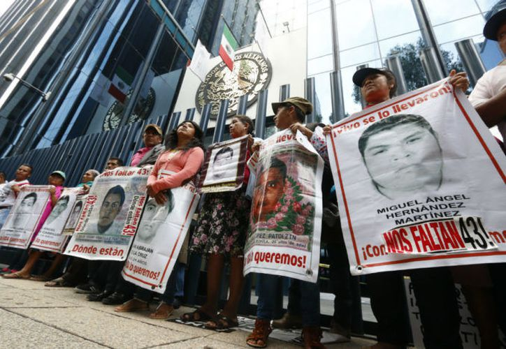 Los padres de los normalistas desaparecidos organizan una marcha programada de la PGR al antimonumento a los 43, en Bucareli y Reforma. (Hugo Cruz).