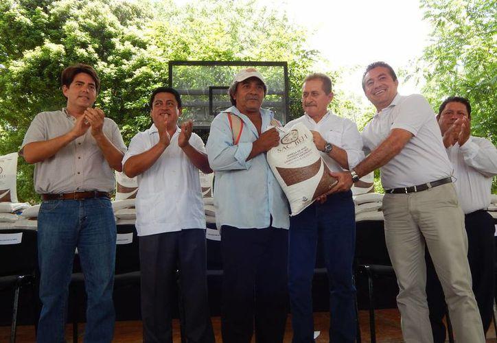"""Campesinos del oriente de Yucatán recibieron ayer las primeras 14.5 toneladas de un total de 100 toneladas de semilla de maíz certificada """"Sac Beh"""". (Milenio Novedades)"""