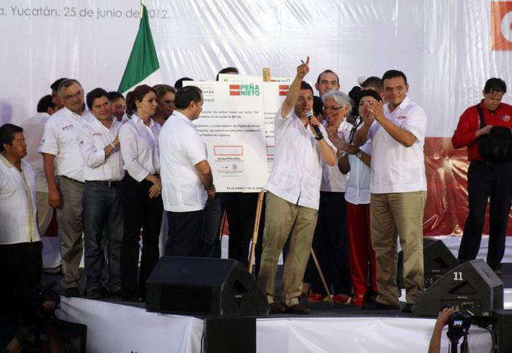Firma de compromisos de Enrique Peña Nieto. (Christian Ayala/SIPSE)