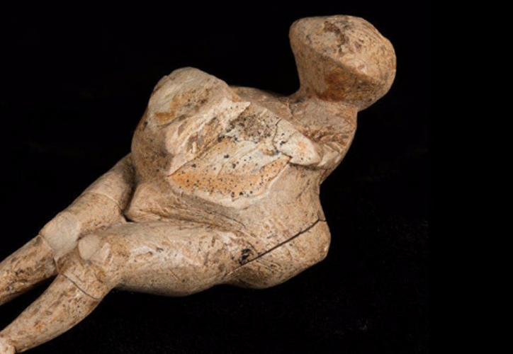 Esta figurilla, de un tamaño relativamente pequeño, no fue enterrada sino que estaba rodeada de huesos de mamuts y reservas de pintura. (La Gran Época)