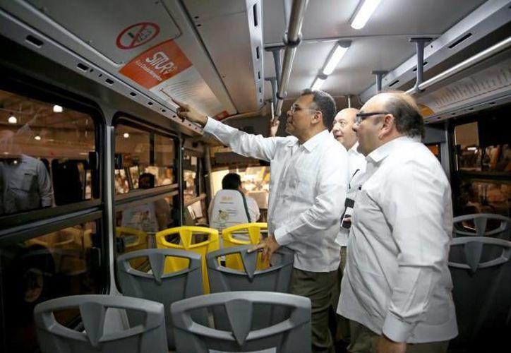 Antes de fin de año se prevé incorporar 59 unidades más de transporte público que circularán en tres circuitos para atender al sur y poniente de Mérida. En la foto, el Gobernador verifica nuevas unidades del Situr. (Foto de archivo de SIPSE)