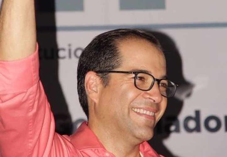 El líder nacional del PRI, Manlio Fabio Beltrones, dijo que los primeros conteos rápidos dan el triunfo irreversible a José Ignacio Peralta. (Facebook de José Ignacio Peralta)
