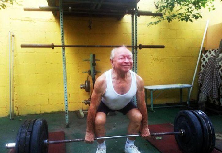 'Las pesas son mi pasión, me dio todo lo que tengo y sigo levantando, aunque me dicen que estoy loco, que ya estoy viejo', expresa Miguel Medina Gutiérrez. (Milenio Novedades)