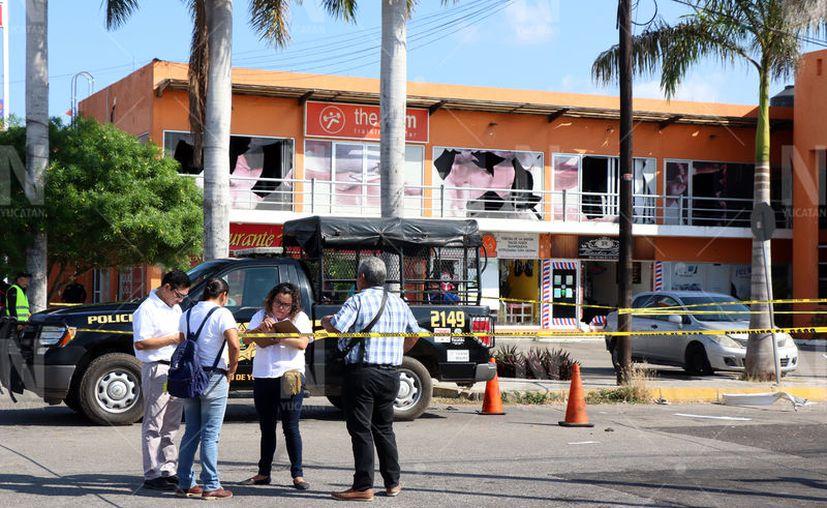 La onda expansiva llegó hasta los locales de la plaza comercial que se encuentra frente. (José Acosta/Novedades Yucatán)