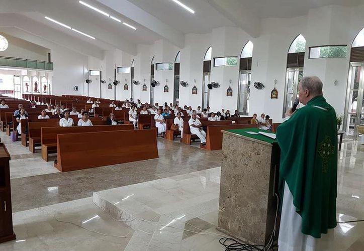 Las iglesias católicas realizan hoy la imposición a los fieles. (Joel Zamora/SIPSE)