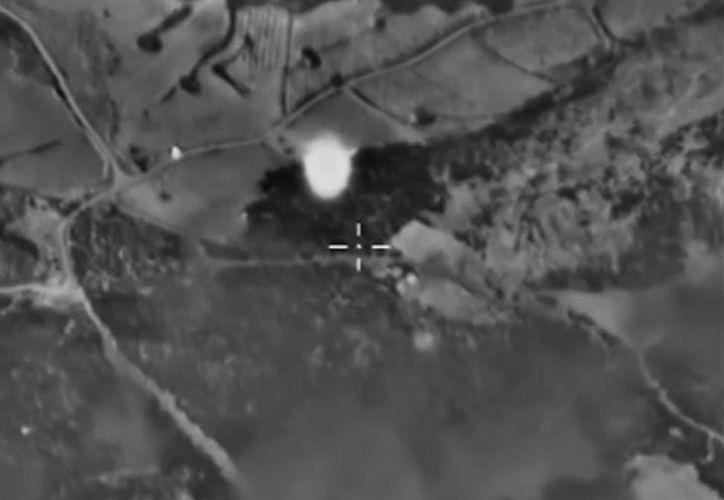 Fotografía sacada de un vídeo disponible en la página web oficial del Ministerio de Defensa de Rusia que muestra una vista aérea de un bombardeo de aviones rusos contra un supuesto almacén de armas del Estado Islámico cerca de Talbiseh en la provincia de Homs, Siria. (EFE/Ministerio De Defensa Ruso)