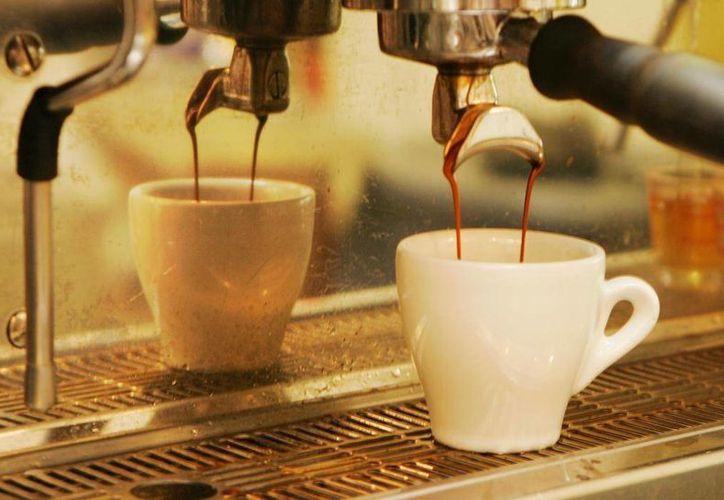 Consumir una pequeña cucharada de cafeína pura equivale a tomar unas 28 tazas de café. (AP)