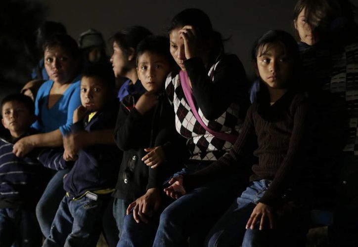 Un grupo de mujeres y niños de El Salvador y Honduras descubiertos por la Patrulla Fronteriza al cruzar a los EU. (Agencias)