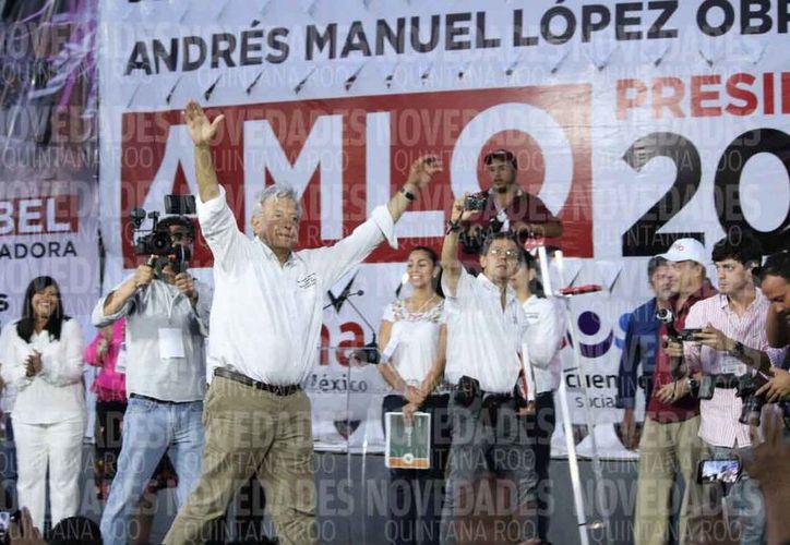 Cientos de personas acudieron a la unidad deportiva de la colonia Colosio para recibir a AMLO. (Adrián Barreto/SIPSE)