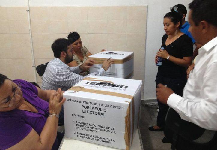Personal del Consejo Distrital XII recibe las urnas selladas. (Ángel Mazariego/SIPSE)
