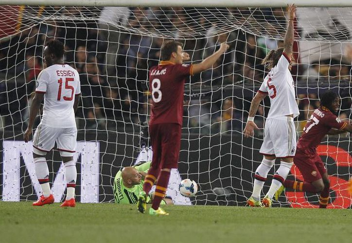 Gervinho (d-de rojo), de Roma, celebra su gol ante el AC Milan al minuto 65. (Foto: AP)
