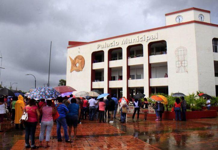 Tras la negativa del alcalde, los inconformes se retiraron de manera pacífica del Palacio Municipal. (Harold Alcocer/SIPSE)