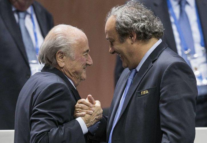 Joseph Blatter y Michel Platini  fueron sancionado a 8 años, pero este miércoles, se redujo la suspensión a 6 años. (AP)