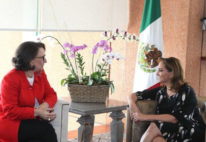 Rebeca Grynspan Mayufis.titular de la Secretaría General Iberoamericana, y Claudia Ruiz Massieu, canciller mexicana, durante una reunión. (Notimex/Archivo)