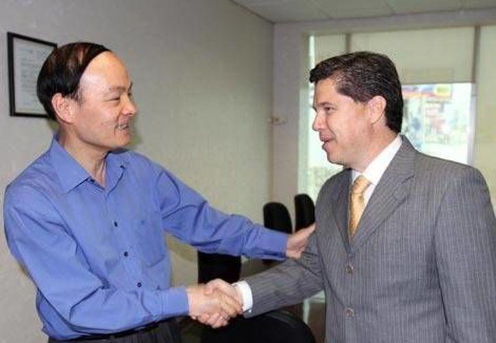 Liang Jinan, cónsul de China, y Luis Islas, delegado de Migración. (Milenio)