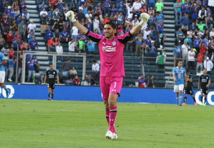 Jesús Corona del Cruz Azul celebra la anotación que le dio la ventaja del 1-0 a su equipo en el primer tiempo del encuentro. (Imágenes de Mexsport)
