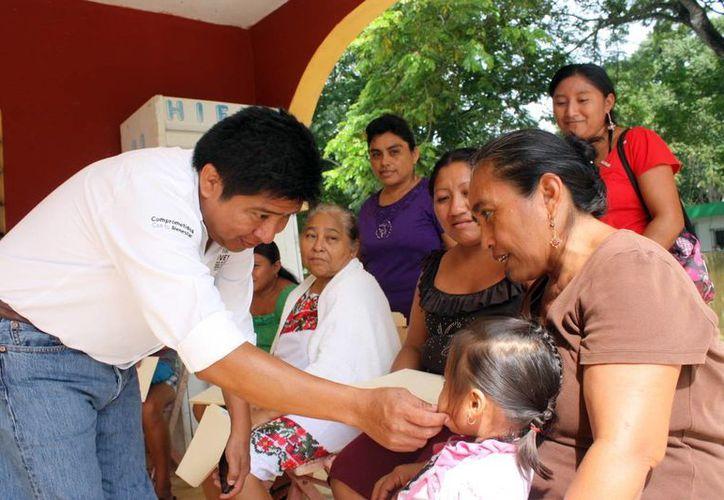 El director del IVEY, César Armando Escobedo May, entregó los certificados de vivienda a cada beneficiario. (Milenio Novedades)