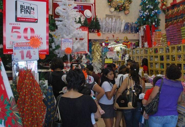 Este fin de semana los supermercados y las plazas comerciales se vieron abarrotadas por los yucatecos, en busca de 'las mejores ofertas'. (SIPSE)