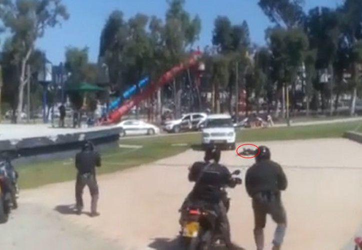Mientras duró el simulacro, los niños estuvieron sentados en el suelo alrededor de los policías. (RT)