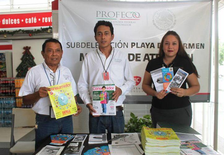 El módulo de la Profeco fue instalado en la terminal de autobuses ADO, para brindar información a los vacacionistas. (Daniel Pacheco/sipse)