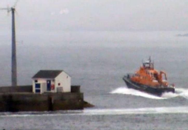 Imagen de vídeo cedida de una lancha de los servicios de rescate que zarpa de Aith Lifeboat Station para unirse a las labores de búsqueda de los pasajeros. (EFE)