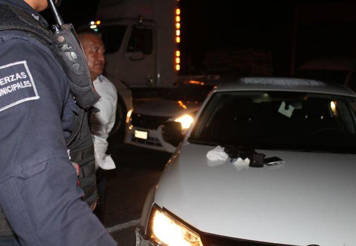 En una revisión policial, dos sujetos estaban armados al interior de un vehículo. (Foto: SIPSE)
