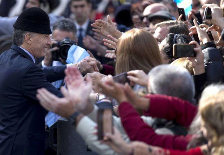El presidente Mauricio Macri saluda a sus simpatizantes tras acudir a un Te Deum en la catedral de Buenos Aires, Argentina, el pasado 25 de mayo. (AP)