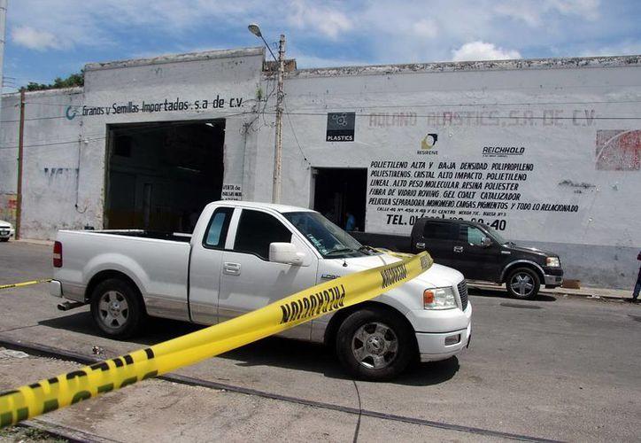 La camioneta de las víctimas quedó resguardada por personal del Ministerio Público y de la Policía Ministerial para iniciar las investigaciones. (Milenio Novedades)