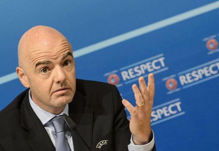 El secretario general de la UEFA, Gianni Infantino, durante la conferencia donde le organismo europeo respaldó al Michel Platini. Infantino pidió a los presidentes de asociaciones y socios que se le otorgue 'la oportunidad de defenderse'. (AP)