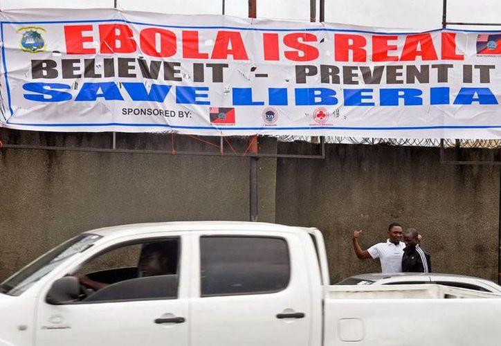 Las medidas para evitar el contagio del ébola son cada vez más 'intensivas': hasta letreros de gran tamaño en sitios públicos, como el de la imagen, en Monrovia, Libera. (AP)