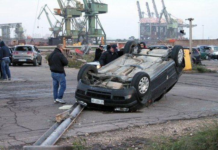 Los fuertes vientos ocasionaron volcaduras en algunos vehículos. (Agencias)