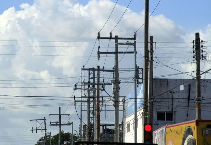 En el municipio se han detectado un promedio de 10 mil luminarias convencionales instaladas de manera directa, generando un mayor consumo. (Harold Alcocer/SIPSE)
