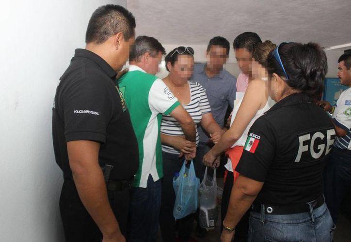 Momento en que la pareja de delincuentes fue detenida por la FGE. (Milenio Novedades)