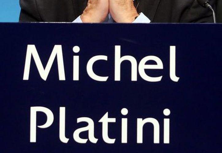 Michel Platini anunció que renunciará a la presidencia de la UEFA, tras la decisión del TAS de no revocarle una suspensión que pesa sobre él. (Archivo/AP)