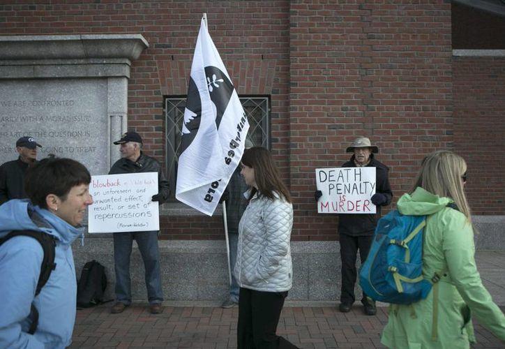 Varios manifestantes protestan contra la pena de muerte de Dzhokhar Tsarnaev, autor confeso de los atentados en el maratón de Boston en 2013. (EFE)