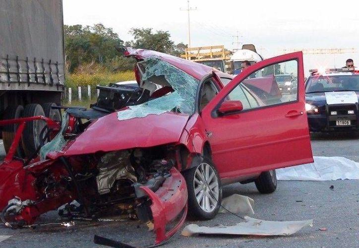 Sólo fierros retorcidos quedaron del automóvil Jetta, luego del brutal encontronazo, ocasionado por el exceso de velocidad. (Azarías Chan Pech/SIPSE)