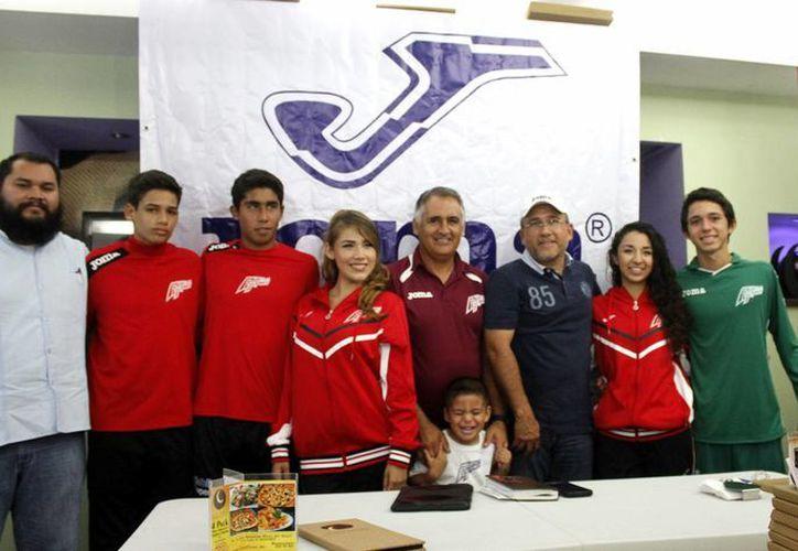 En conferencia de prensa, se dio a conocer la gira del equipo Newells Old Boys Cancún, por Argentina. (Francisco Gálvez/SIPSE)