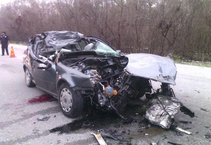 El frente del Jetta quedó desbaratado tras impactar brutalmente por alcance contra un camión de carga. (Luigi Domínguez/SIPSE)