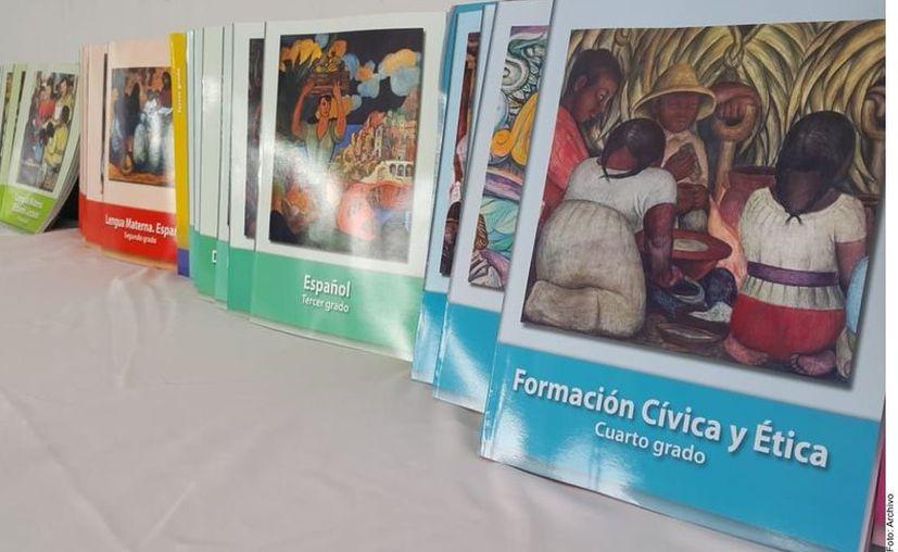 El próximo cicli escolar los libros de texto gratuito contarán con códigos QR, para que estudiantes tengan acceso a ellos en su celular. (Foto: Reforma).