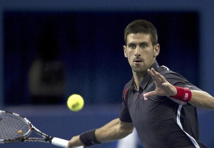 Novak Djokovic (izq.) aprovechó la ausencia de Roger Federer del torneo de París Bercy para volver a la cima del tenis mundial. (Agencias)