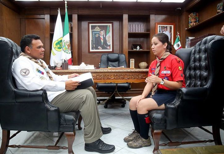 La escultista Surisaddai Hoyos Rojano platicó de su propuesta con el Gobernador de Yucatán.  (Cortesía)