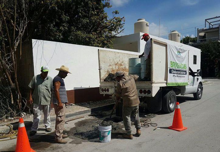 Cuadrillas de trabajadores limpian pozos en diferentes puntos del municipio. (Cortesía)
