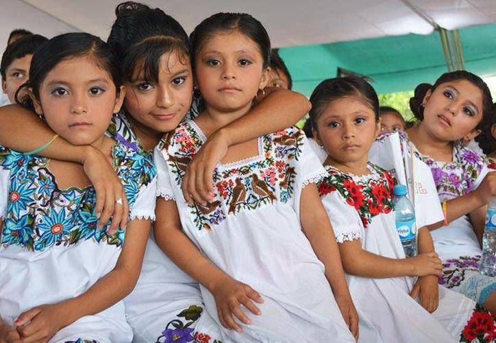 Niños y niñas mayas participan en un taller de Redalicy por medio del cual crean obras literarias y las difunden por radio y otros medios. (cdi.gob.mx)