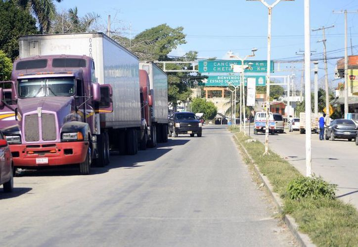 Por lo menos seis negocios establecidos en la avenida principal de Subteniente López han cerrado sus puertas. (Harold Alcocer/SIPSE)