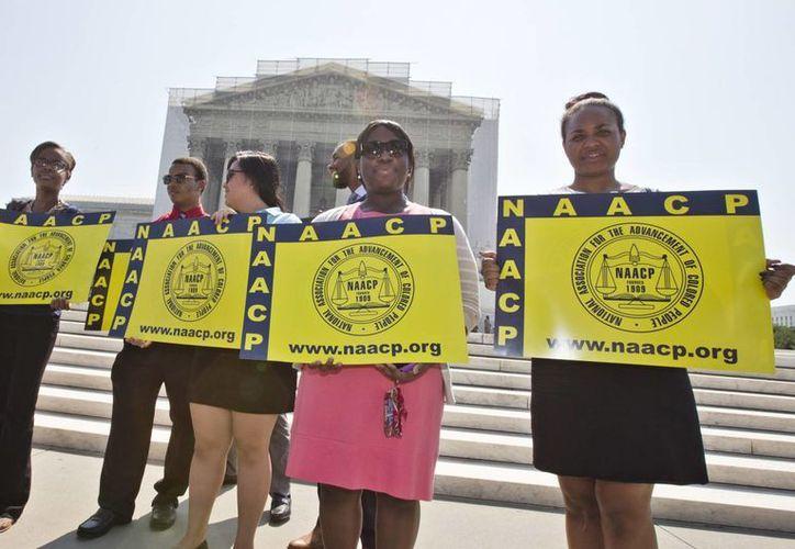 Grupos civiles reprobaron hoy la decisión de la Suprema Corte de Estados Unidos. (Agencias)