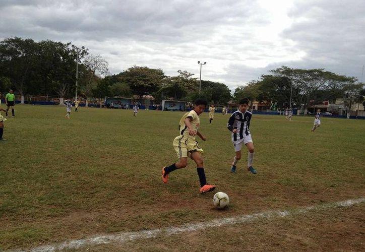 Las escuadras yucatecas mantienen su paso firme en la presente temporada de la Liga Nacional Juvenil. En la foto, Rayados Mérida durante su último encuentro.(Sipse.com)