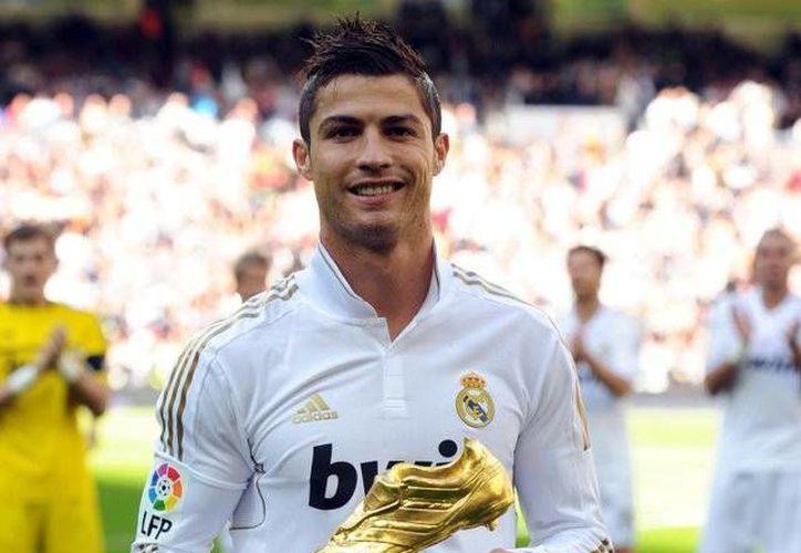 Cristiano Ronaldo se encuentra en el clímax de su carrera deportiva. En la imagen posa con su bota de oro. (Facebook.com)