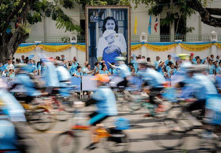 Miles de ciclistas recorrieron las calles de Bangkok en homenaje a la reina Sirikit de Tailandia, con motivo de su 83 cumpleaños. (EFE)