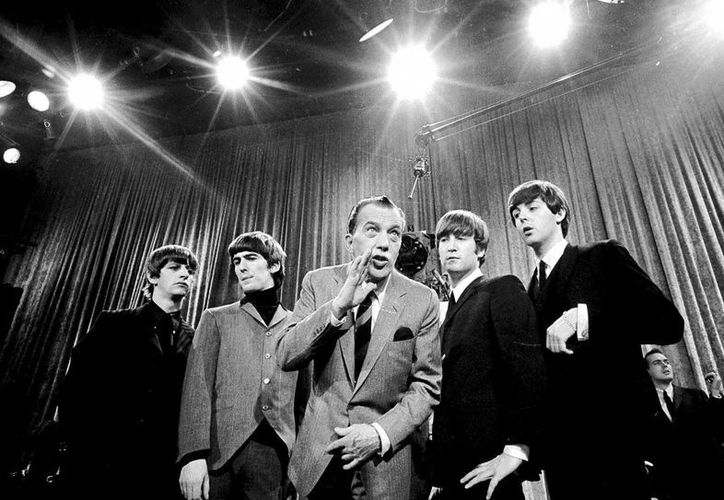 Más de 70 millones de espectadores vieron el programa de Ed Sullivan (c) con los Beatles, el cual se transmitió en vivo desde el estudio en Manhattan. (Agencias)