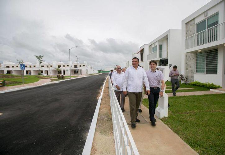 El gobernador Rolando Zapata verifica la nueva avenida 35, que comunica al Anillo Periférico con Residencial Gran Santa Fe Norte. (SIPSE)